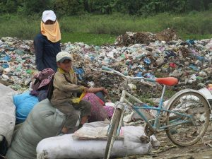 Children often accompany their parents at the dump.